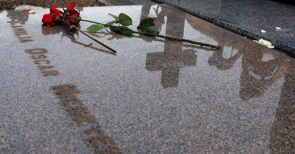7.set.2012 - Lápide do cemitério São João Batista, no Rio de Janeiro, recebe as iniciais 'Família Oscar Niemeyer' onde o arquiteto foi enterrado nesta sexta-feira. Niemeyer morreu no Rio de Janeiro (RJ), na última quarta-feira (5), em decorrência de problemas respitatórios. Ele tinha 104 anos
