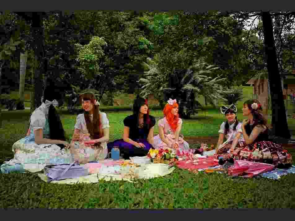 Encontro de Lolitas no Jardim Botânico, zona sul de São Paulo: o estilo vai além das roupas, com o cuidado aos detalhes, como toalhas e acessórios usados no piquenique. Tudo bem delicado e bem feminino - Leandro Moraes/UOL