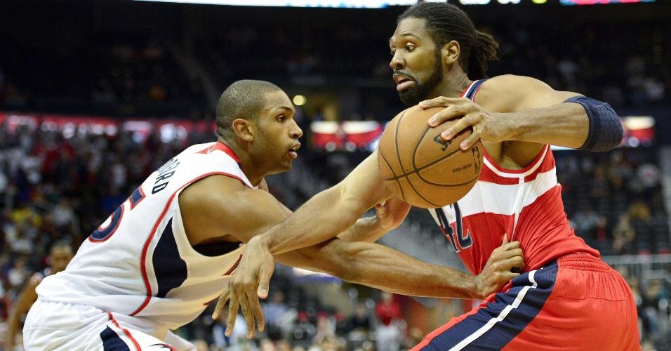 07.dez.2012 - Brasileiro Nenê, do Washington Wizards, encara a marcação de Al Horford, do Atlanta Hawks