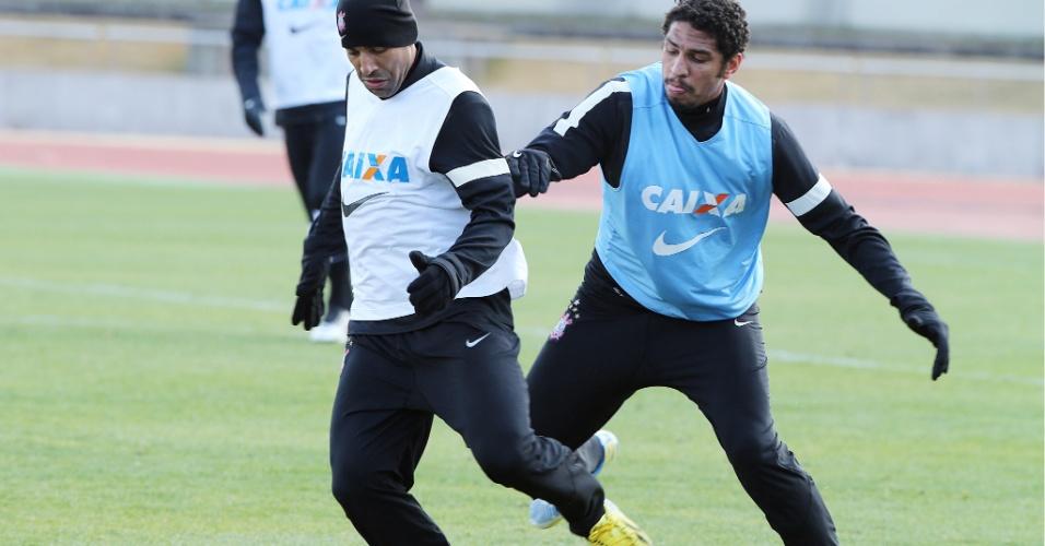 08.dez.2012 - Emerson Sheik disputa lance com o zagueiro Wallace durante treinamento do Corinthians no Japão