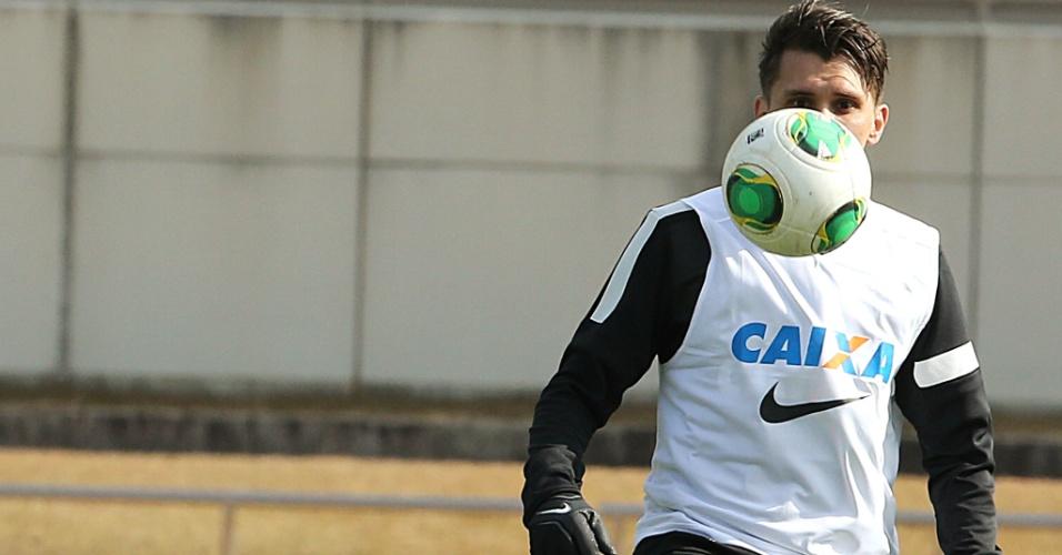 08.dez.2012 - Paulo André tenta controlar a bola durante treino do Corinthians no Japão
