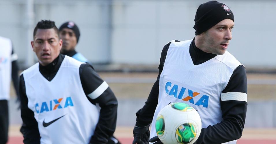 08.dez.2012 - Ralf (esq.) e Alessandro participaram do treinamento deste sábado do Corinthians no Japão