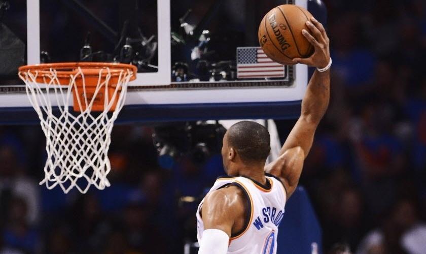 08.dez.2012 - Russell Westbrook, do Oklahoma City Thunder, sobe para enterrar na partida contra os Lakers nesta sexta