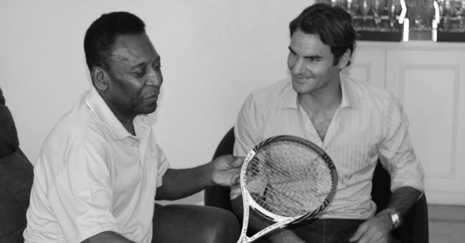08.dez.2012-Federer visita Pelé em sua passagem pelo Brasil