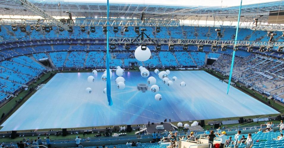 08.dez.2012-Torcedores começam a ocupar as arquibancadas azuis da nova Arena do Grêmio para o jogo de inauguração do estádio contra o Hamburgo