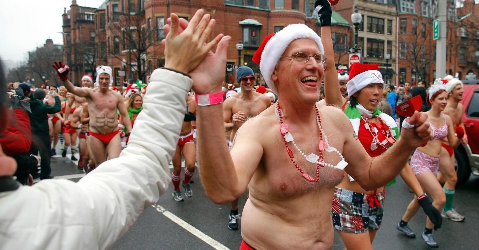 8.dez.2012 - Cerca de 200 pessoas vestindo cueca ou lingerie participaram da Santa Run Speedo, corrida anual realizada pelas ruas de Boston, nos Estados Unidos, que arrecada dinheiro para portadores de Aids