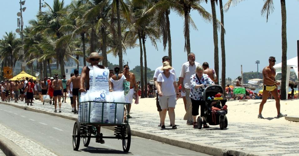 8.dez.2012 - Com calor de 36º no Rio de Janeiro, vendedor enche carrinho de gelo na praia do Arpoador (zona sul)