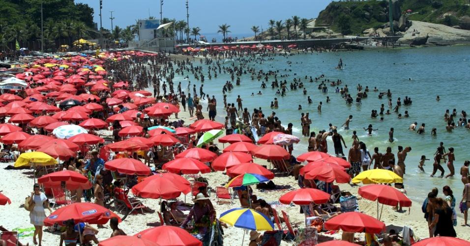 8.dez.2012 - Com temperatura média de 36ºC neste sábado (8), praia do Arpoador, na zona sul do Rio, ficou lotada