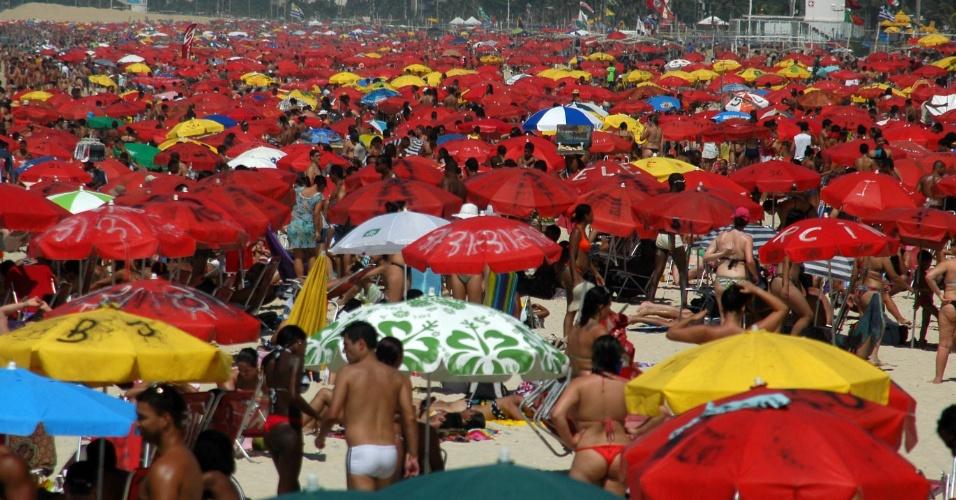 8.dez.2012 - Praia de Ipanema ficou lotada neste sábado (8) com o forte calor