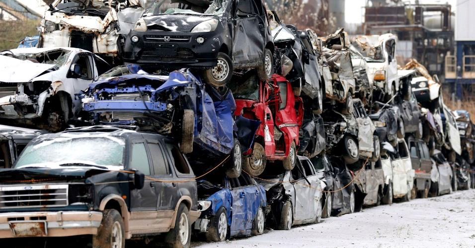 8.dez.2012 - Veículos que foram destruídos no terremoto seguido de tsunami de 2011 são empilhados na cidade de Ishinomaki, a 140 km de Fukushima, onde ocorreram acidentes em plantas nucleares. Um forte terremoto atingiu novamente a região nesta sexta-feira (7), sem causar, no entanto, mortes ou danos sérios