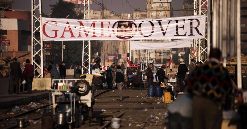 8.dez.2012 -Faixa onde se lê 'fim do jogo' é pendurada em uma rua no centro do Cairo, no Egito, em protesto contra o atual presidente, Mohamed Morsi, que aumentou seus poderes