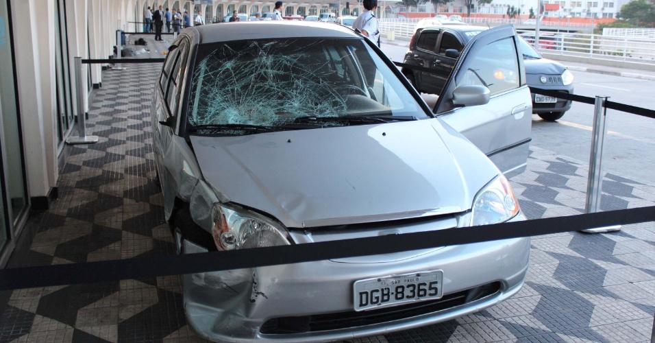 8.dez.2012 -Duas mulheres foram atropeladas na área de embarque e desembarque do aeroporto de Congonhas, em São Paulo. Clarice da Costa, 56, e a filha Camila Ariele Turolla, 27, estavam na calçada quando o motorista Wagner Alves Alvarenga, 23, perdeu o controle do veículo e, em alta velocidade, subiu na calçada atingindo as duas. O marido e o filho, de apenas seis anos, escaparam por segundos do acidente. A família, de Piracicaba (SP), estava viajando de férias para Florianópolis. As vítimas foram levadas para o Hospital Saboya, no Jabaquara, mas Clarice não resistiu aos ferimentos e morreu