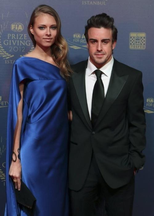 07.dez.2012 - Bem acompanhado da bela namorada Dasha Kapustina, Fernando Alonso comparece à festa em que a taça pela temporada 2012 da F-1 foi dado a Vettel