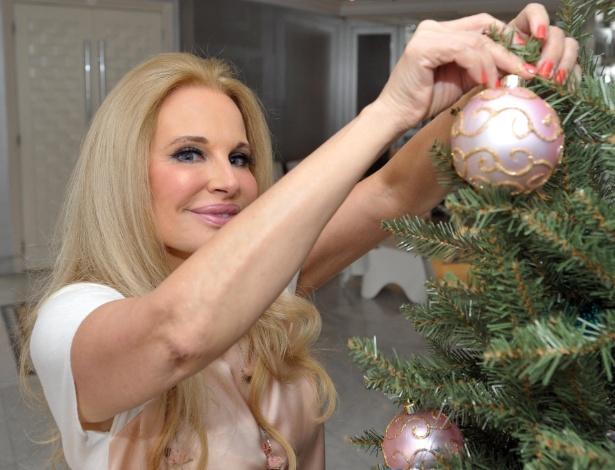 Brunete Fraccaroli fugiu às tradicionais cores do Natal e compôs uma árvore divertida em rosa e azul - Reinaldo Canato/UOL