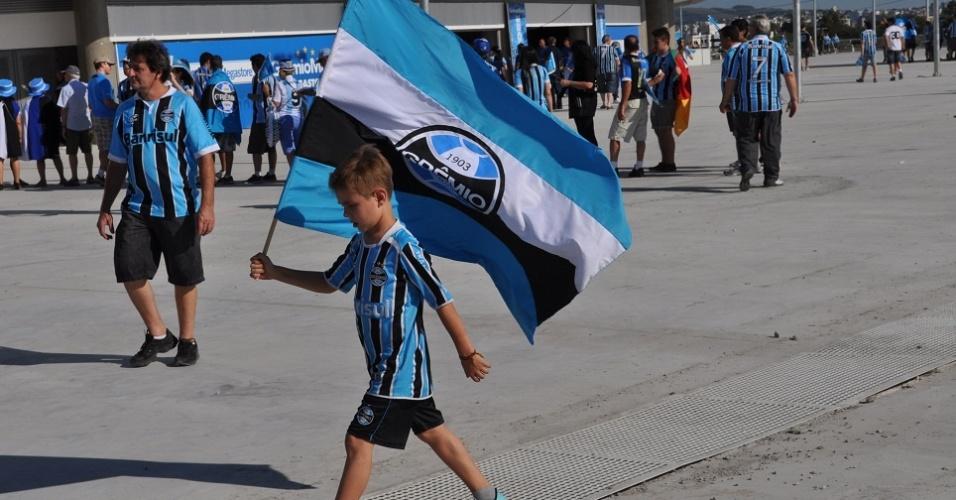 Pequeno torcedor do Grêmio leva bandeira para inauguração da Arena neste sábado