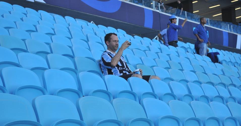 Torcedor do Grêmio entrou antes do horário previsto na inauguração da Arena (08/12/12)