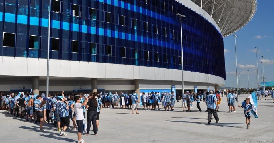Torcedores do Grêmio fazem fila para entrar no jogo de inauguração da Arena