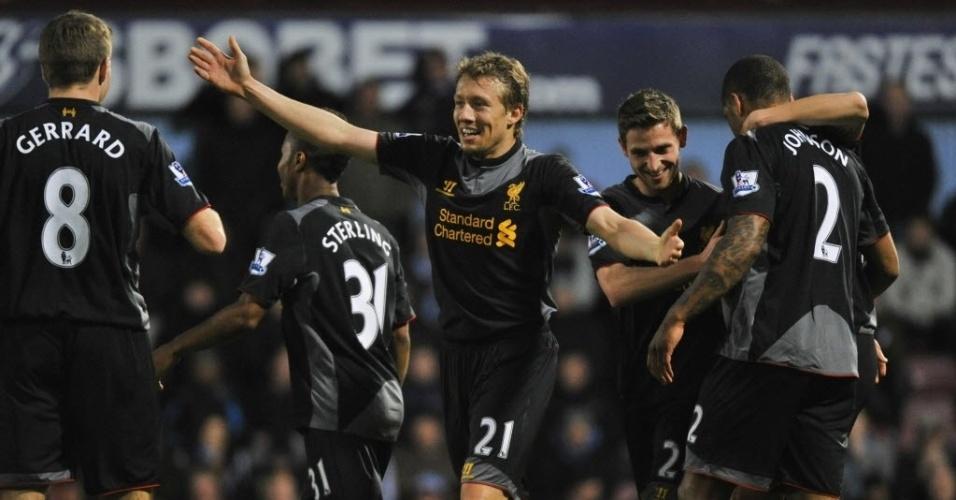 09.dez.2012 - Glen Johnson (dir.) comemora com Lucas Leiva e outros jogadores do Liverpool após abrir o placar na partida contra o West Ham, pelo Campeonato Inglês