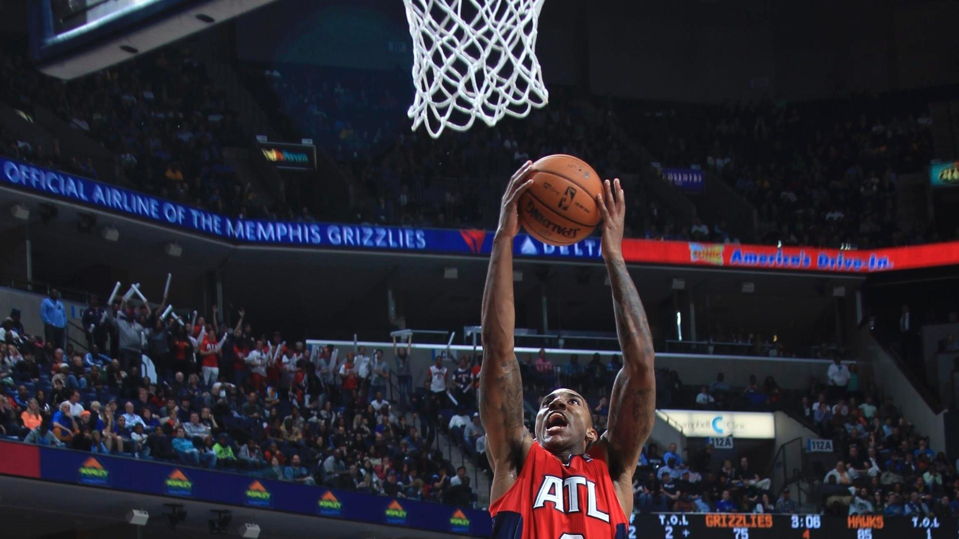 09.dez.2012 - Jeff Teague, do Atlanta Hawks, supera a marcação de Mike Conley, do Memphis Grizzlies, para fazer a enterrada