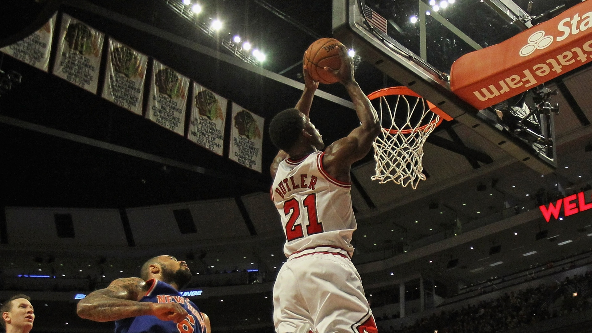 09.dez.2012 - Jimmy Butler, do Chicago Bulls, tenta a enterrada durante a partida contra o New York Knicks