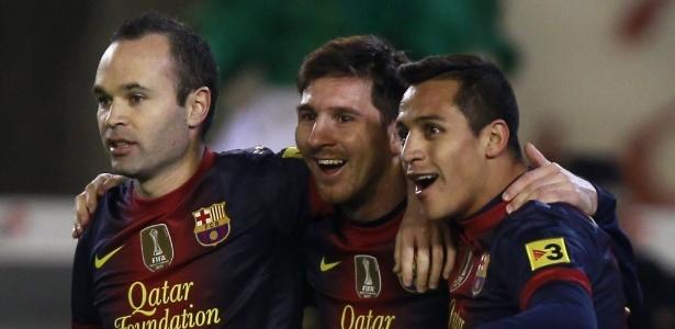 Messi é abraçado por Iniesta e Sanchez após marcar um dos gols sobre o Betis