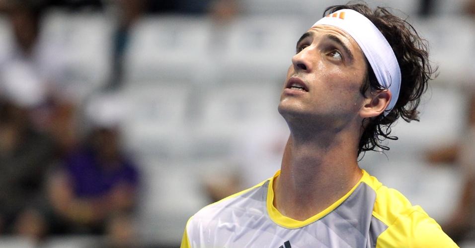 09.dez.2012-Bellucci olha para a torcida durante jogo de exibição contra Tommy Robredo pelo Federer Tour em São Paulo
