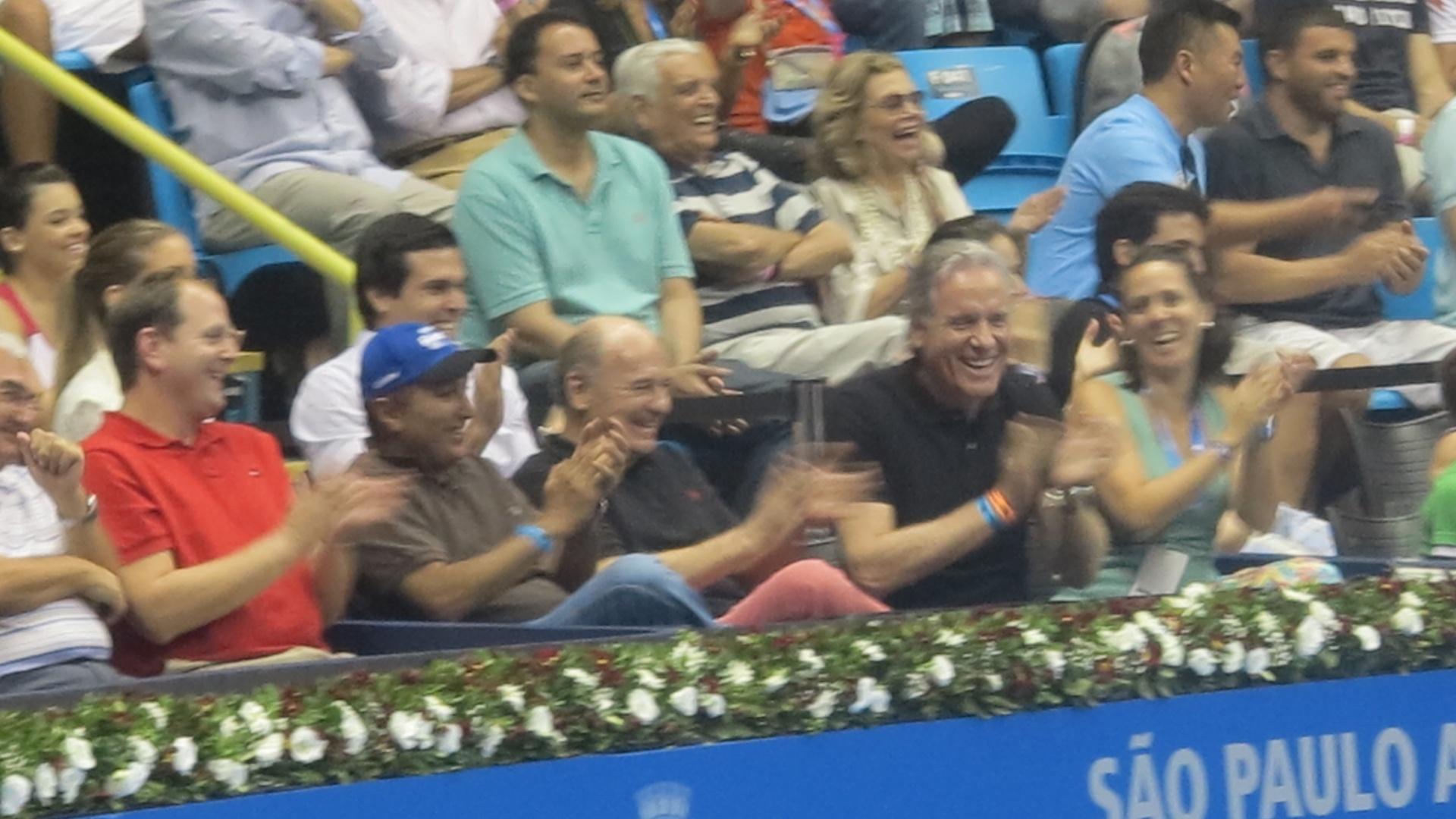 09.dez.2012-Empresário Roberto Justus aplaude Roger Federer no último jogo de exibição do suíço em São Paulo