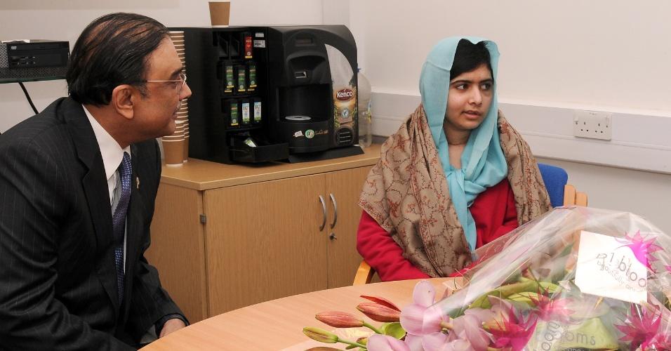 9.dez.2012 - A paquistanesa Malala Yousafzai (no meio) recebeu a visita d o presidente paquistanês, Asif Ali Zardari, e de sua filha, Asifa Bhutto, no hospital Rainha Elizabeth, em Birminghan, na Inglaterra, neste sábado (8). A jovem, que foi baleada na cabeça pelo Taleban por causa de um blog em que ela defendia o acesso de meninas à escola, faz tratamento no hospital inglês para se recuperar do atentado. Asifa é filha de Asif com a ex-premiê do Paquistão, Benazir Bhutto