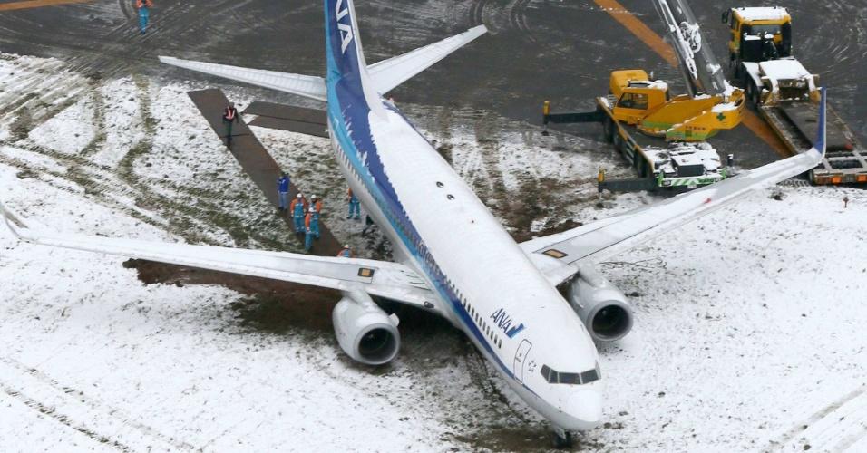 9.dez.2012 - Avião da companhia All Nippon Airway saiu da pista no aeroporto de Shonai, em Sakata (Japão)