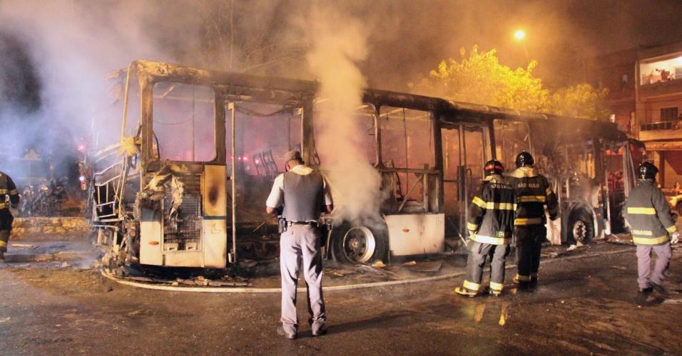9.dez.2012 - Bombeiros apagam fogo em ônibus na praça Erotides de Campos, no Parque Edu Chaves, zona norte de São Paulo. O ônibus foi incendiado durante a madrugada. Segundo os bombeiros, duas pessoas que estavam no interior do coletivo morreram carbonizadas