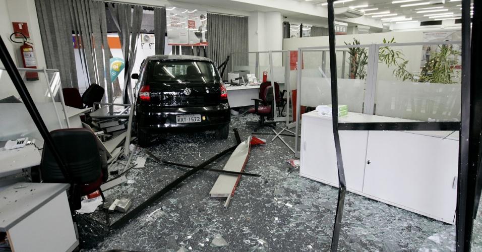 9.dez.2012 - O motorista Leandro Pedrazzi da Silva, que dirigia um Fox preto, perdeu o controle do carro e entrou dentro de uma agência bancária do Bradesco, na rua Pinto de Azevedo, na Cidade Nova, zona norte do Rio de Janeiro, na manhã deste domingo (9). Não houve feridos
