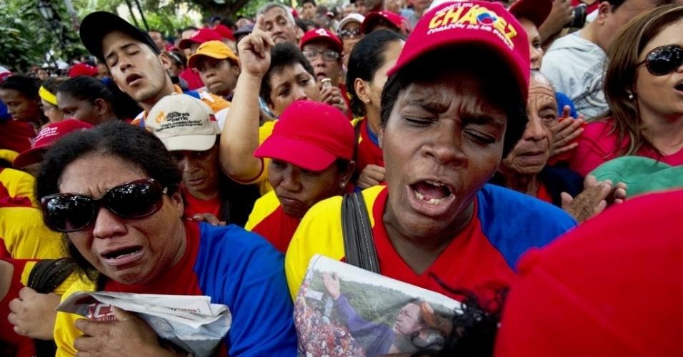 9.dez.2012 - Partidários do presidente da Venezuela, Hugo Chávez, se emocionam com o anúncio de que ele irá retornar a Cuba para passar por uma nova cirurgia após detectar novas células malignas em seu organismo. Em cadeia nacional, Chávez sugeriu que o vice-presidente, Nicolás Maduro, será o sucessor do chavismo, caso algo lhe aconteça