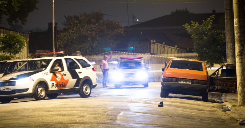 9.dez.2012- Policiais militares trocaram tiros com dois ocupantes de um carro na rua Basilio Alves Morango, na Vila Medeiros, na zona norte de Sao Paulo. Os suspeitos foram baleados e socorridos