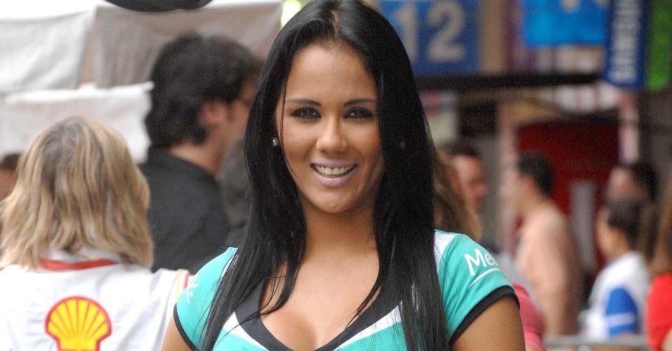Grid girl faz pose para fotógrafo durante a Corrida do Milhão da Stock Car (09/12/2012)