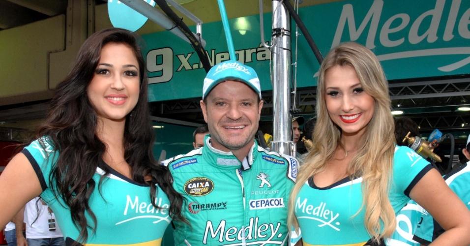Rubens Barrichello posa ao lado das grid girls da sua equipe antes da Corrida do Milhão