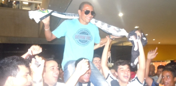 Primeiro reforço para 2013, Gilberto Silva é recebido com festa por atleticanos - Gabriel Duarte/UOL Esporte