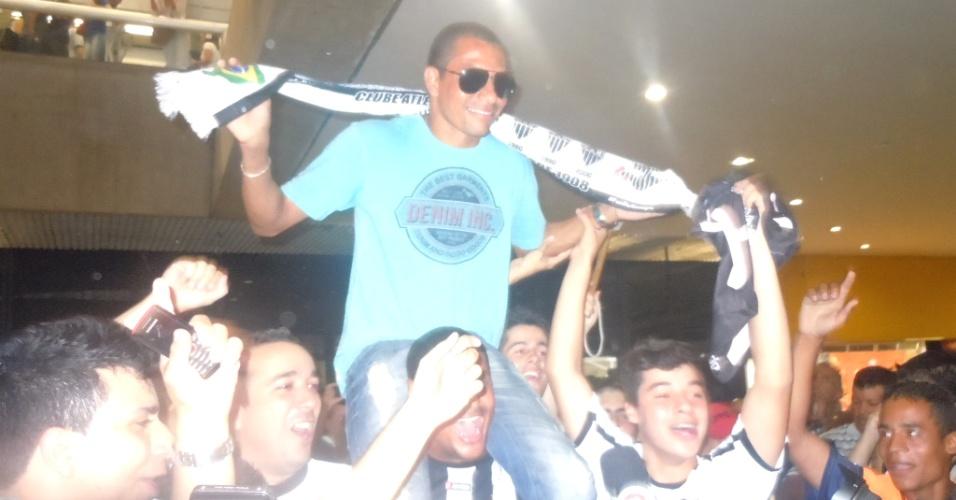 Volante Gilberto Silva é carregado por torcedores do Atlético-MG no Aeroporto de Confins (9/12/2012)