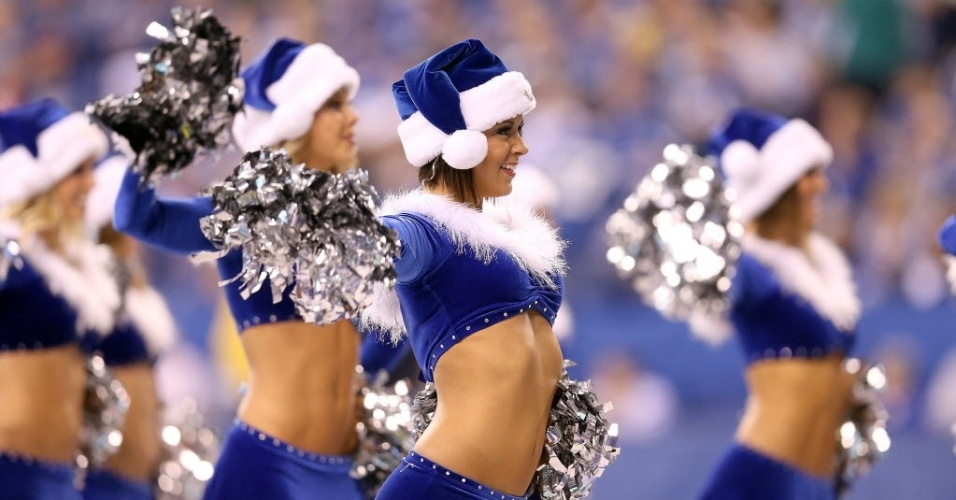 09.dez.2012 - Gatas do Indianapolis Colts vestem as cores do time e entram no clima de Natal na rodada deste domingo da NFL
