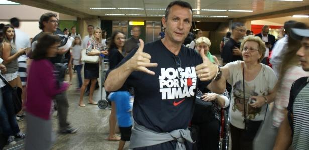 Neto com uma camiseta em referência ao Corinthians; conselheiro, ele diz querer ser presidente