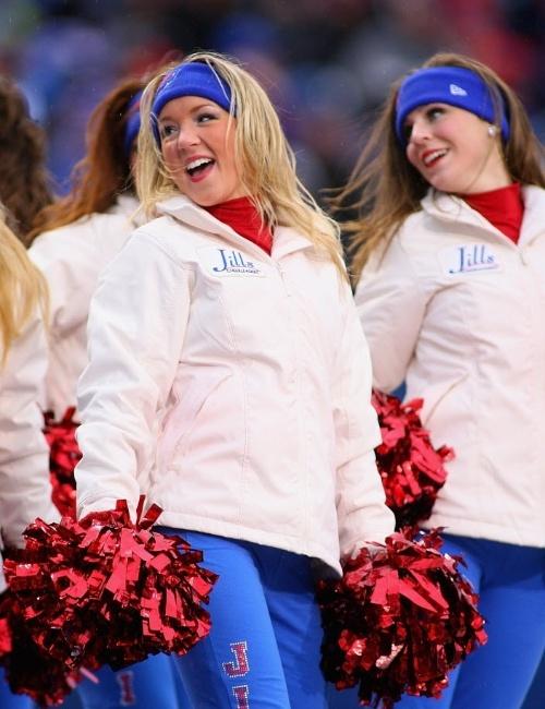 09.dez.2012 - Os trajes mínimos das cheerleaders do Buffalo Bills foram trocados por pesados agasalhos em dia de neve na NFL