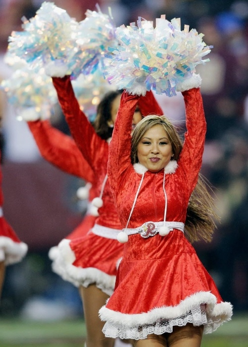 09.dez.2012 Cheerleaders do  Washington Redskins  se apresentam em clima natalino na rodada da NFL deste domingo