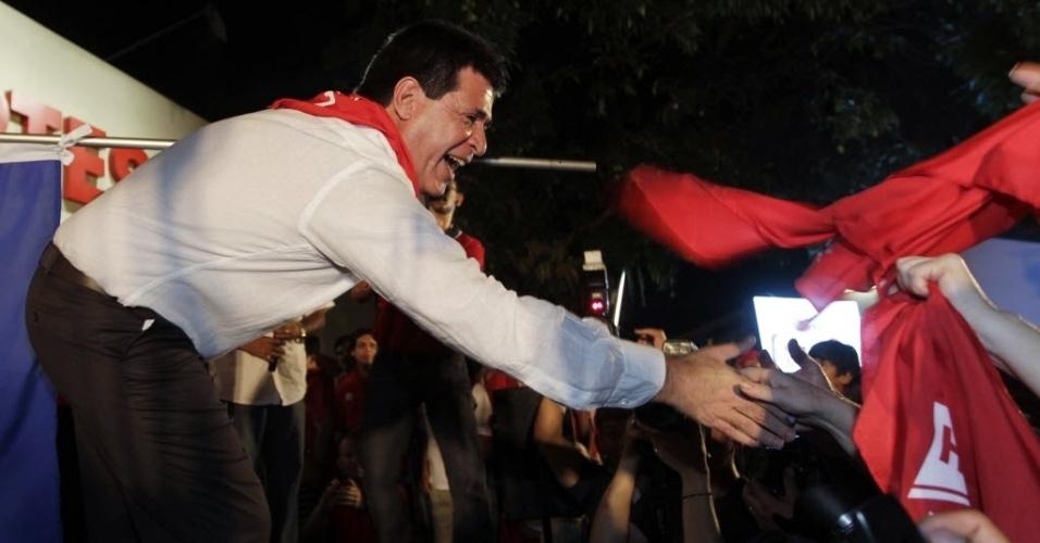10.dez.2012 - 10.dez.2012 - Horácio Cartes aperta a mão de apoiadores, em Assunção (Paraguai), para celebrar a divulgação de resultado preliminar de eleição que revela que ele deve ser o candidato do Partido Colorado à Presidência do Paraguai. As eleições gerais no país estão marcadas para abril do próximo ano
