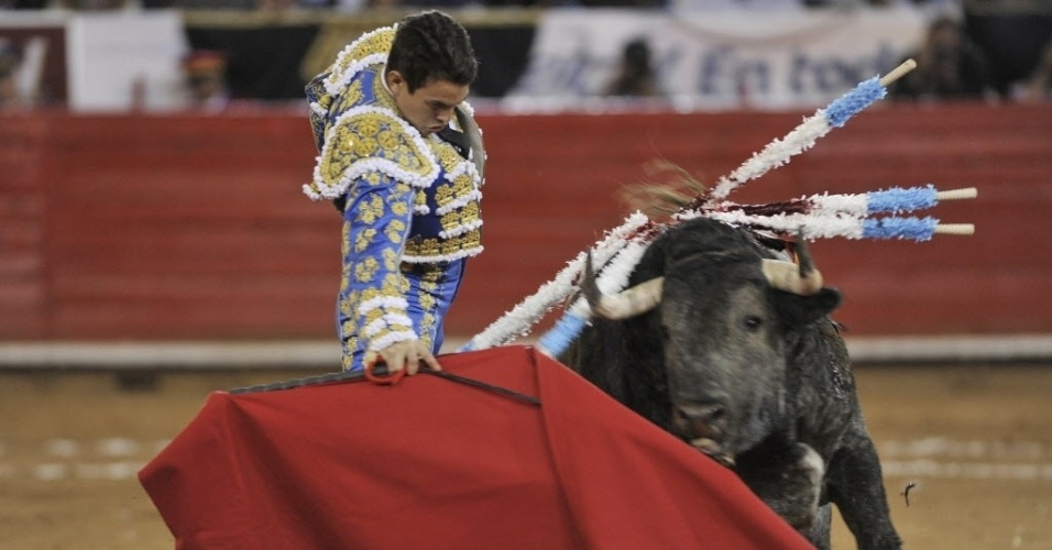 10.dez.2012 - 10.dez.2012 - Toureiro espanhol José María Manzanares enfrenta touro de 481 kg durante oitava corida da grande temporada 2012-2013 na praça dos Touros, na Cidade do México