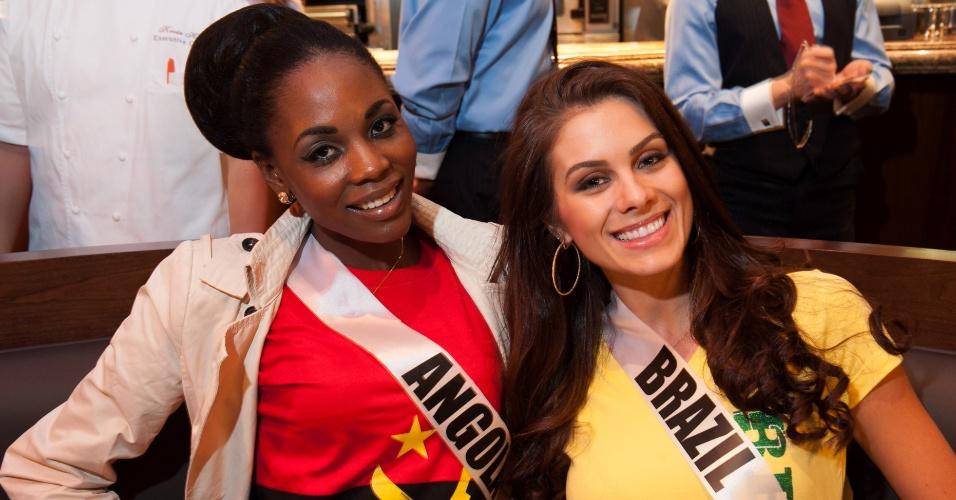 10.dez.2012 - Ao lado da amiga lusófona, a Miss Angola, Marcelina Vahekeni, a brasileira Gabriela Markus mostra que ama o nosso Brasil-sil-sil durante jantar em Las Vegas (EUA), onde acontece o Miss Universo 2012