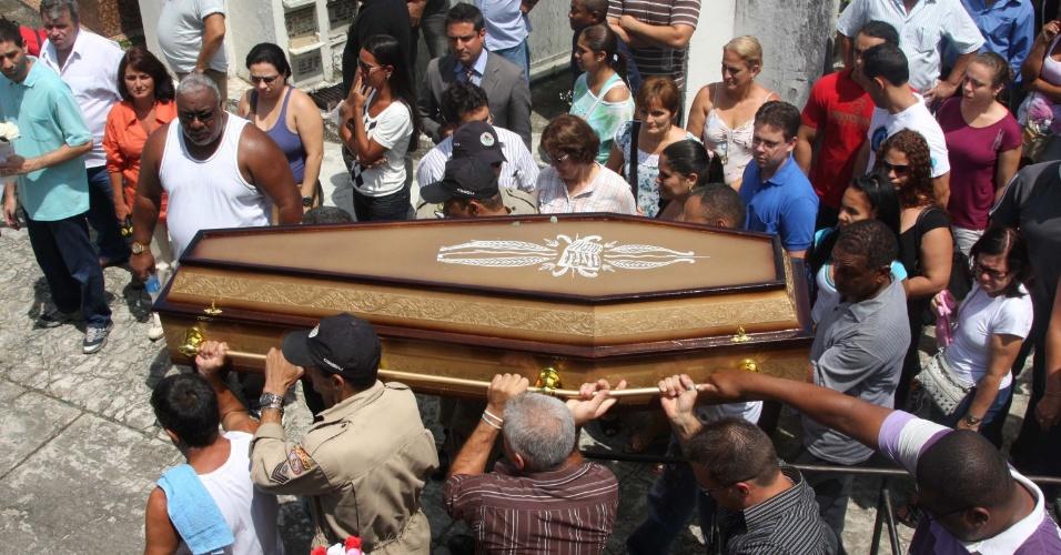 10.dez.2012 - Caixão com o corpo de Jaqueline Madeira do Nascimento é enterrado no cemitério do Irajá, no Rio de Janeiro