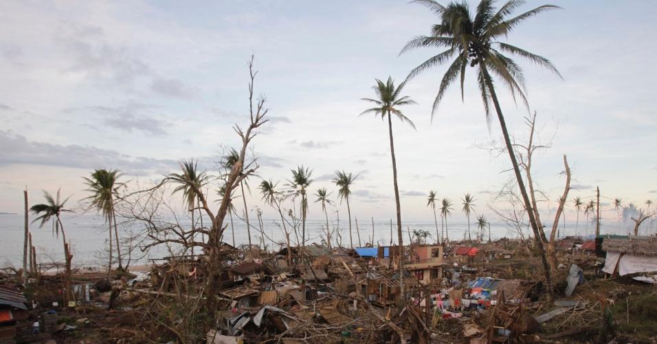 10.dez.2012 - Casas destruídas pala passagem do tufão Bopha, na cidade litorânea de Boston, no sul das Filipinas. O Bopha foi o mais violento tufão deste ano nas Filipinas, e deixou centenas de mortos e milhões de desabrigados
