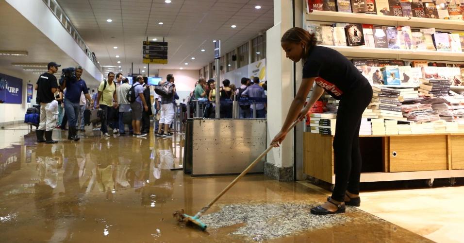 10.dez.2012 - Chuva forte causa alagamento dentro do aeroporto da Pampulha em Belo Horizonte (MG), nesta segunda-feira. O temporal que caiu na cidade causou ainda vários pontos de alagamentos na cidade, sendo os mais grave na avenida Cristiano Machado, na região nordeste