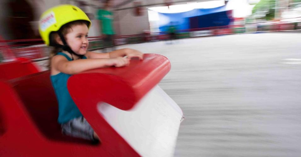 10.dez.2012 - Criança brinca em pista de patinação no gelo, no parque Ibirapuera, em São Paulo. A atração, inaugurada nesta segunda-feira (10), é gratuita e funciona diariamente, das 14h às 22h, até 23 de dezembro