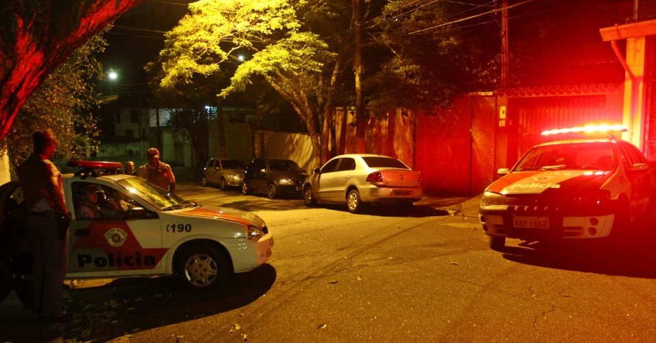 10.dez.2012 - Dois bandidos foram presos após invadir uma residência na rua Arapiraca, em Pinheiros, na zona oeste de São Paulo