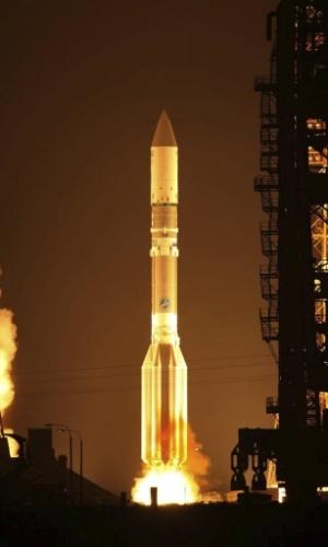 10.dez.2012 - Em imagem do dia 8 de dezembro, o foguete Proton-M é lançado com um satélite de telecomunicações em base espacial do Cazaquistão